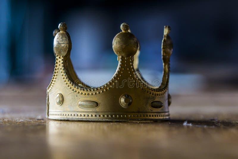 Att drömma om makt kan avsluta med att skapa fejkar, den plast- guld- kronan royaltyfria foton