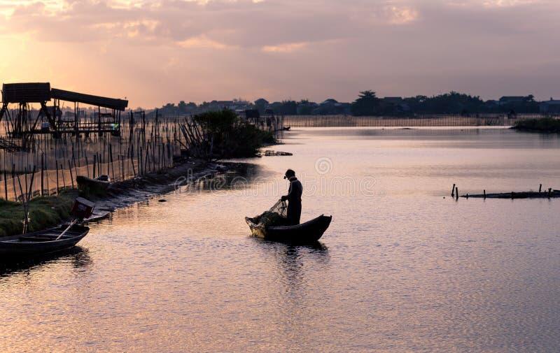 Att dra för fiskare förtjänar på dagavbrottet, tonen, Vietnam royaltyfria bilder