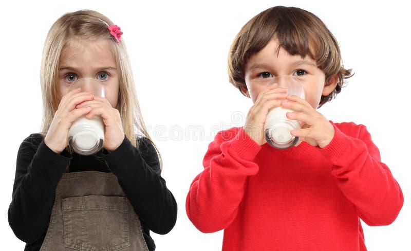 Att dricka för barn för barnliten flickapojke mjölkar unge glass sunt e arkivfoto
