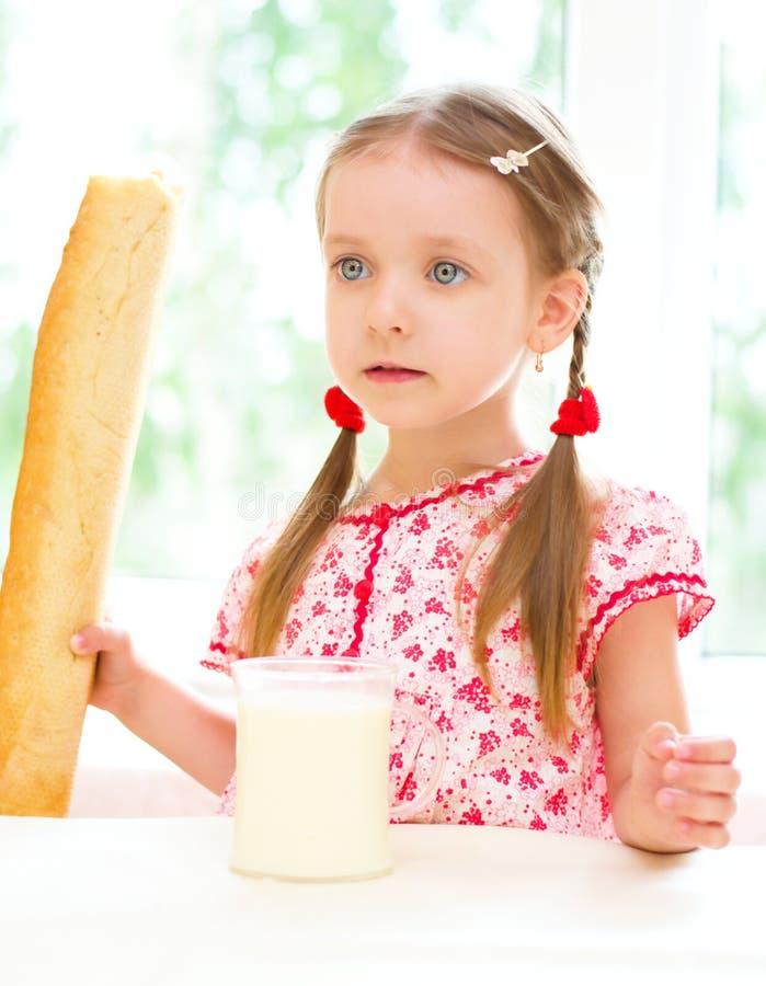 Att dricka för barn mjölkar royaltyfri fotografi
