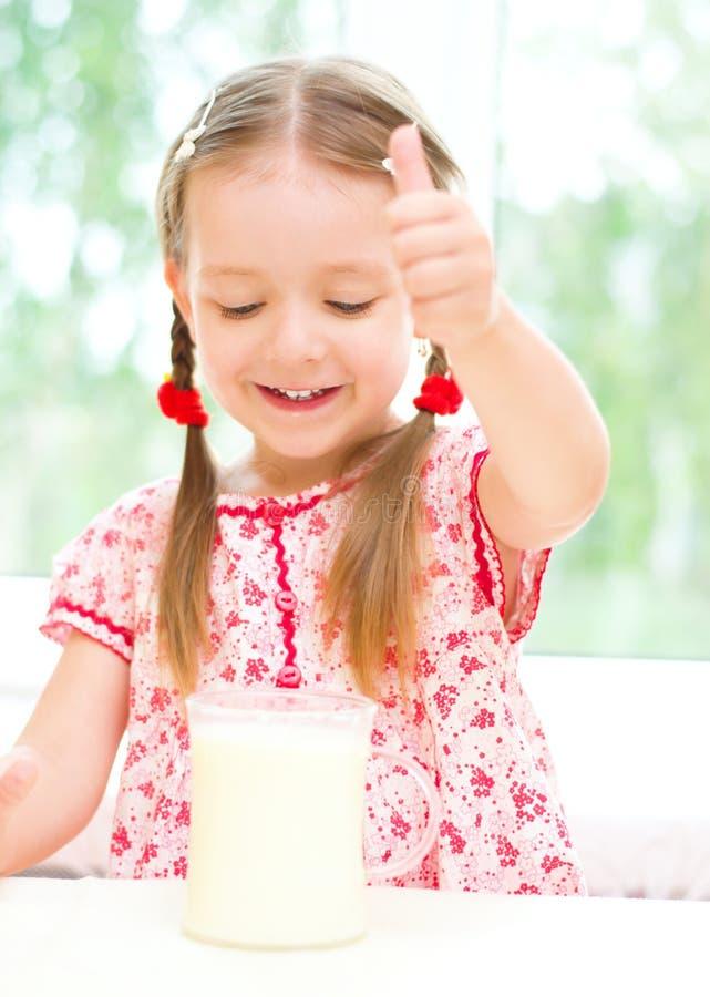 Att dricka för barn mjölkar arkivfoto