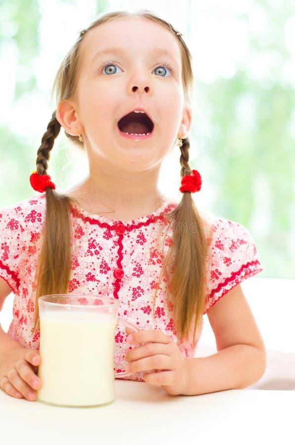 Att dricka för barn mjölkar royaltyfri bild