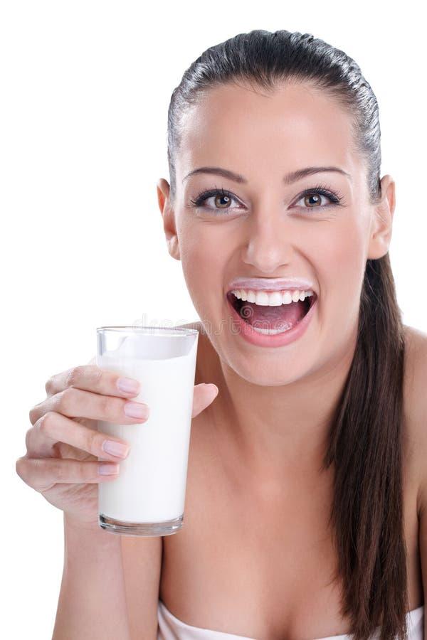 Att dricka för kvinna mjölkar fotografering för bildbyråer