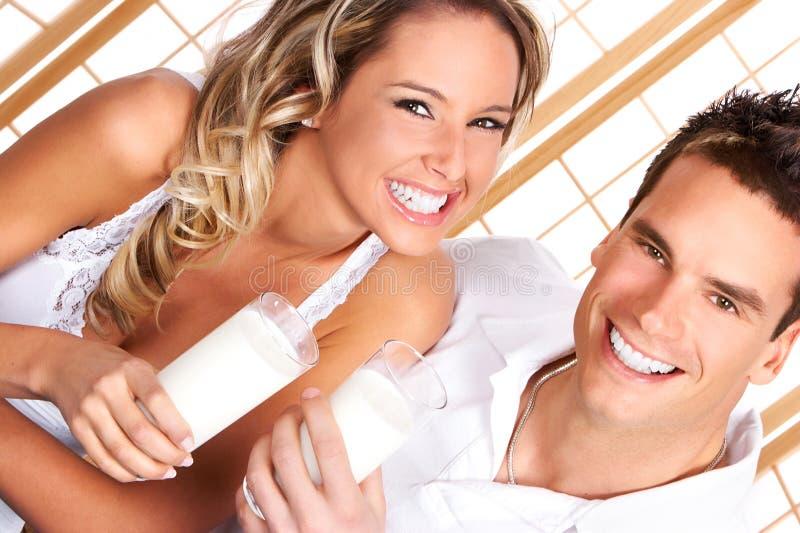 att dricka för par mjölkar royaltyfria foton