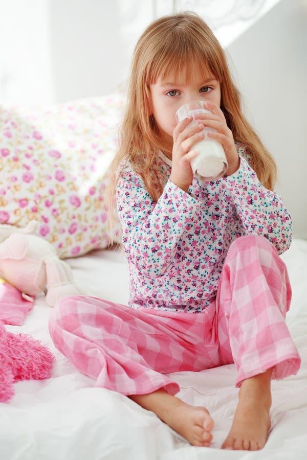 att dricka för underlagbarn mjölkar royaltyfri foto