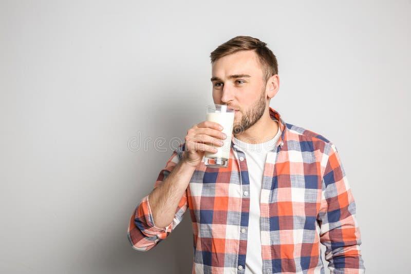 Att dricka för ung man som är smakligt, mjölkar arkivfoto