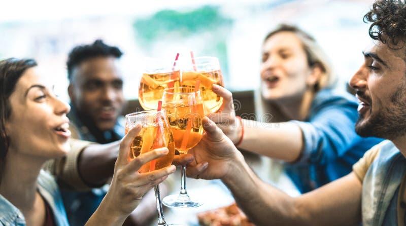 Att dricka för vänner spritz på restaurangen för modecoctailstången - kamratskapbegrepp med ungdomarsom har gyckel tillsammans fotografering för bildbyråer