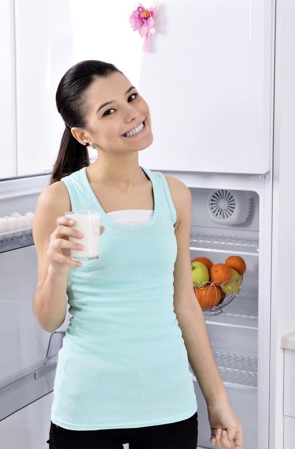 Att dricka mjölkar kvinnan arkivfoton