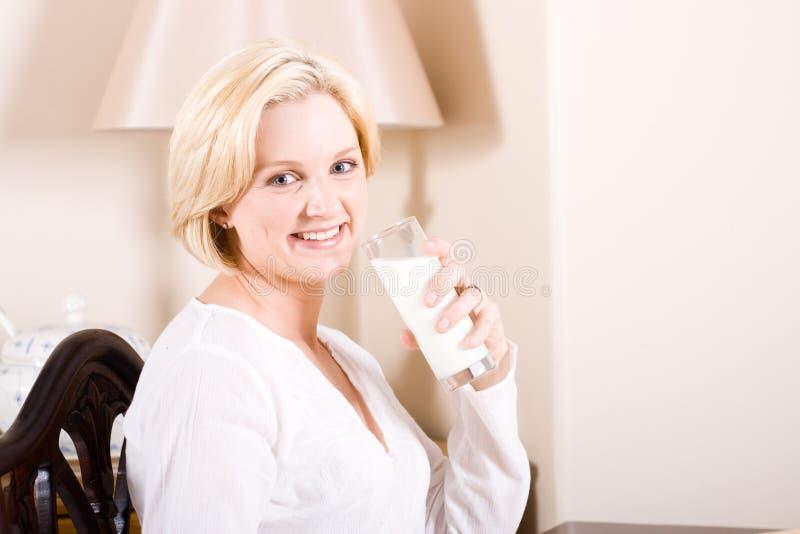 att dricka mjölkar kvinnan arkivbilder