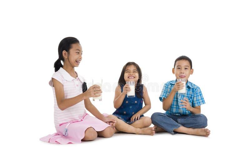 att dricka mjölkar syskon arkivfoto
