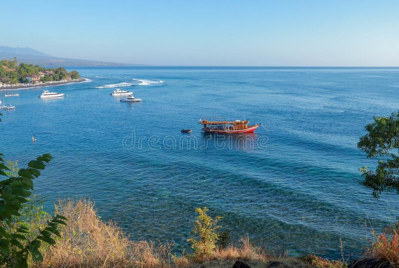 Att dyka safarifartyget förtöjer i en fjärd med fartyg Dyka platsen med korallreven i den Bali ön Traditionellt indonesiskt träfa arkivfoto