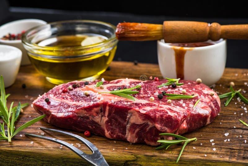 Att förbereda sig marinerar för BBQ-nötköttbiff fotografering för bildbyråer