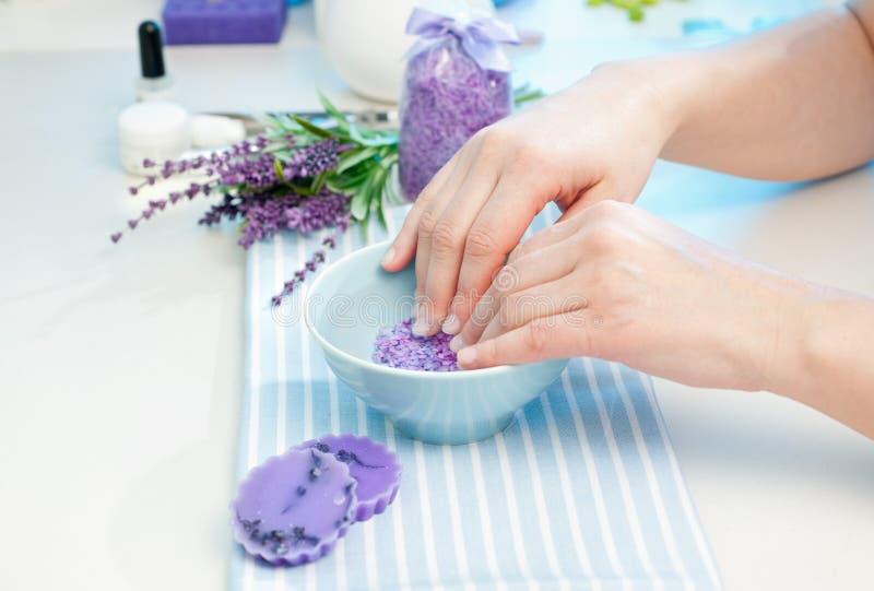 Att förbereda sig räcker för manicure royaltyfri fotografi