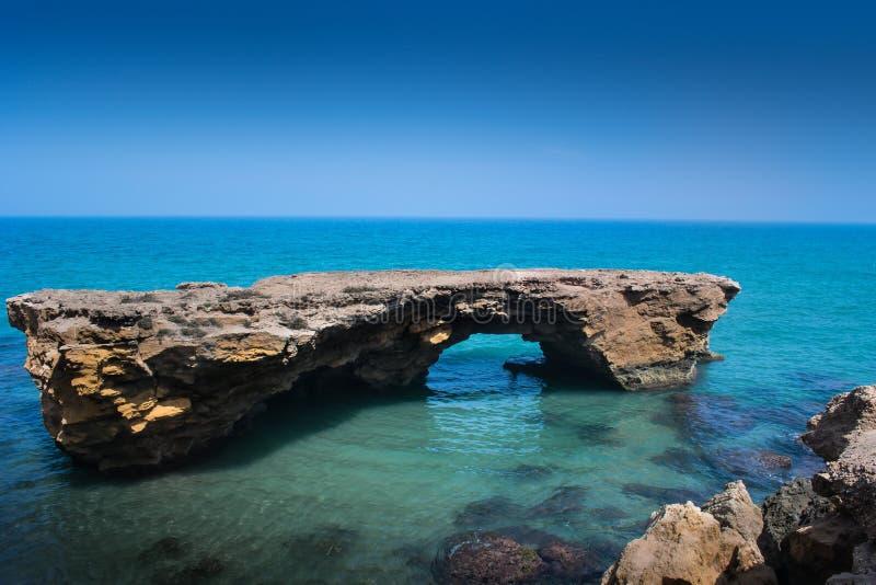 Att förbluffa vaggar i det mediteranian havet royaltyfri fotografi