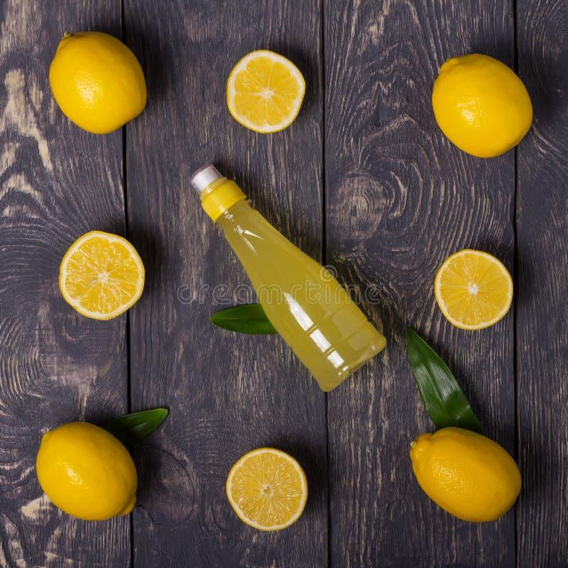 Att fördela ut citronskivorna och den hela frukten, citronjuice på bräden arkivbilder