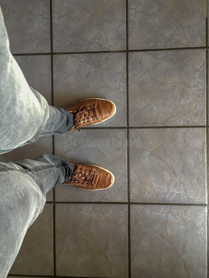 Att försöka på piskar skor arkivfoto