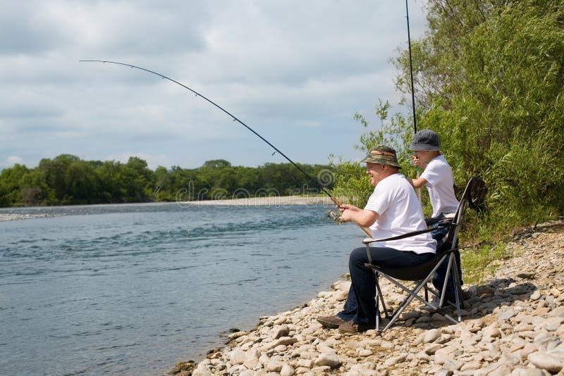 att fiska går farfarsonsonen royaltyfria foton