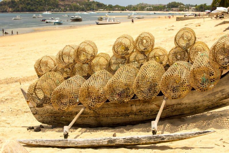 Att fiska lägger in på fartyget som är nyfiket är, Madagascar royaltyfri bild