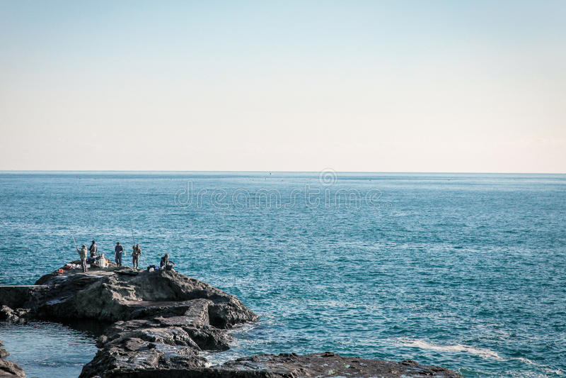 Att fiska män vaggar på vid det japanska havet royaltyfri foto