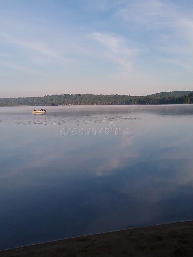 Att fiska på en sjö i Algonquin parkerar arkivbilder
