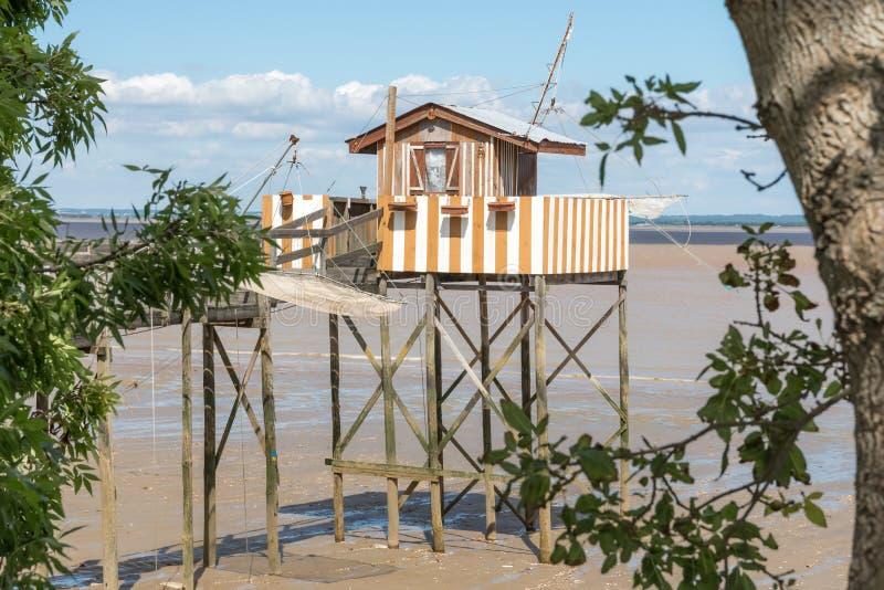 Att fiska som förlägga i barack på styltor, kallade Carrelet, den Gironde breda flodmynningen, Frankrike royaltyfria foton