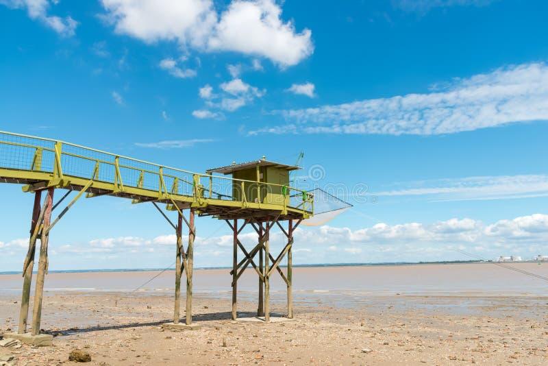 Att fiska som förlägga i barack på styltor, kallade Carrelet, den Gironde breda flodmynningen, Frankrike royaltyfri bild