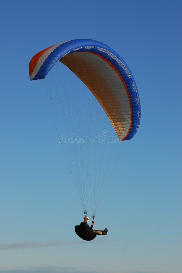 att flyga hoppa fallskärm royaltyfria foton