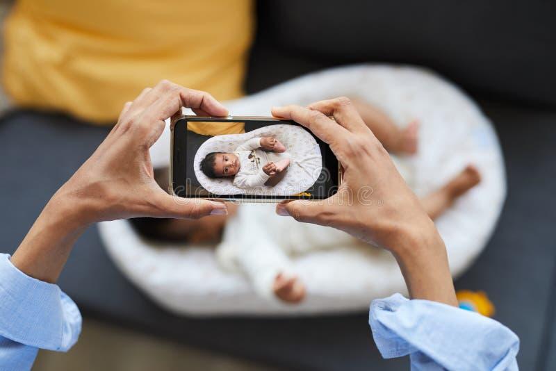 Att fotografera behandla som ett barn i kokong arkivbilder