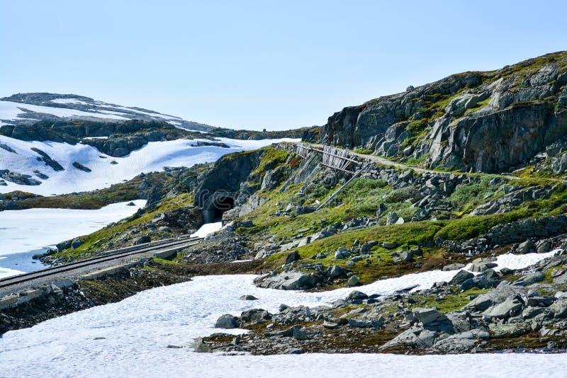 Att fotvandra och cykelrutten längs Flam fodrar i Norge arkivfoto