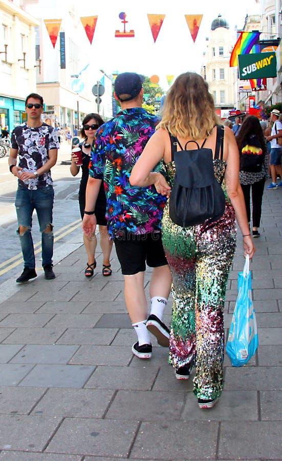 Att gå till Brighton Pride ståtar fotografering för bildbyråer