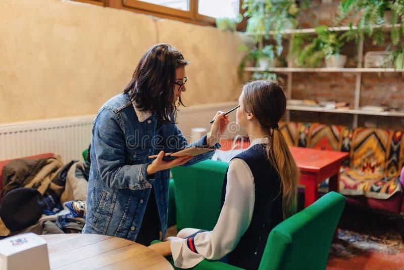 Att göra för flicka utgör i kafé royaltyfri foto