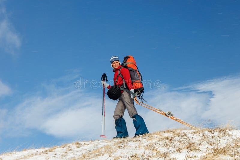 Att göra för ung kvinna skidar turnera i vinterberg arkivfoton