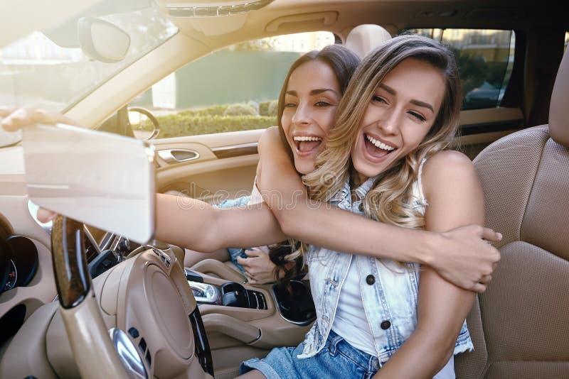 Att göra för vänner utgör i bilen royaltyfri bild