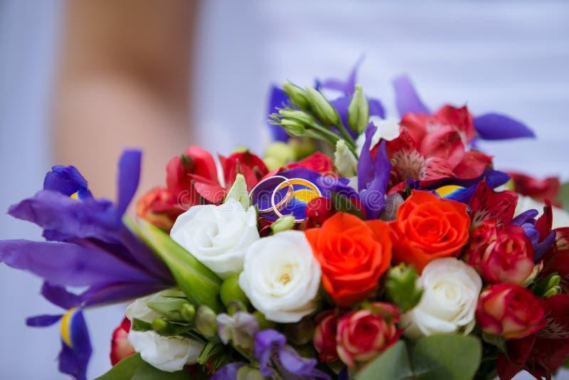 Att gifta sig den dekorativa buketten av steg med två guld- cirklar fotografering för bildbyråer