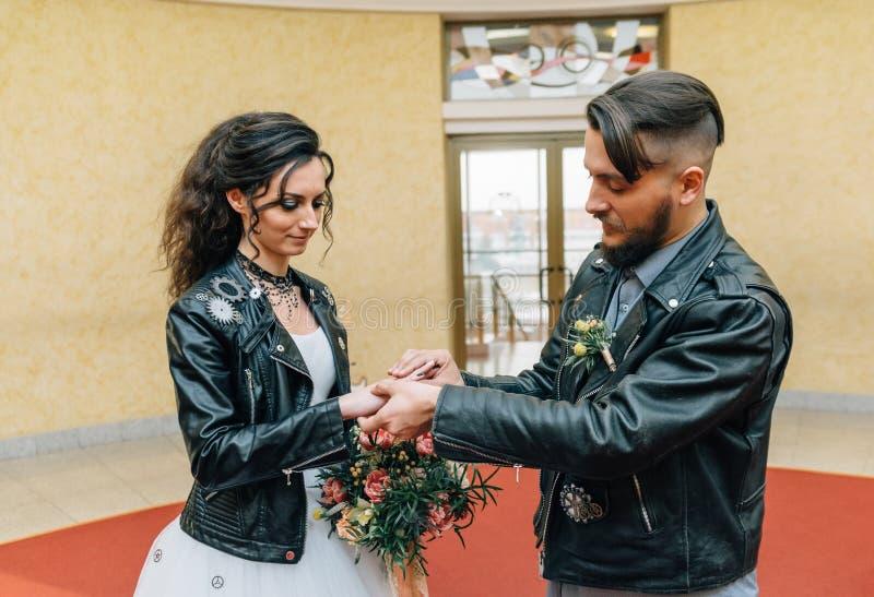 Att gifta sig i stilen av vaggar Vippa- eller cyklistbröllop royaltyfri bild