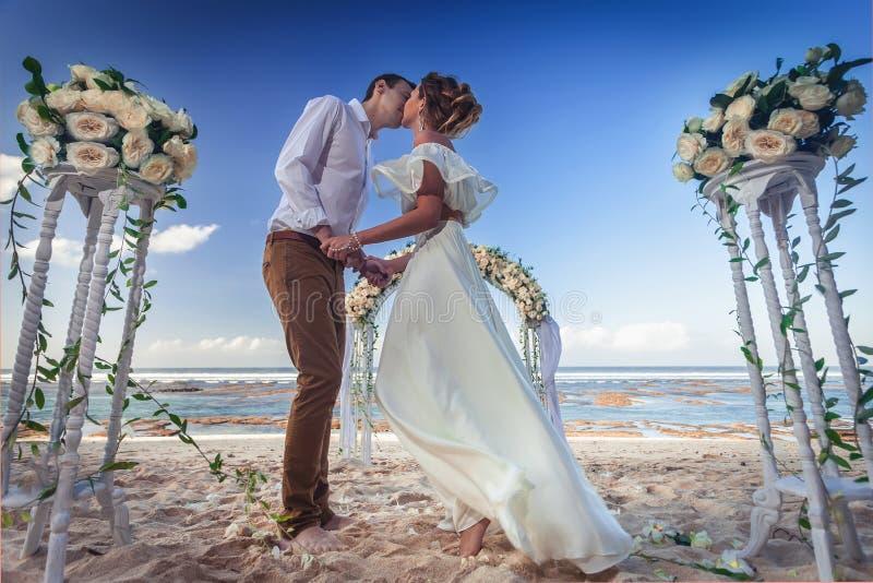 Att gifta sig kopplar ihop precis gift arkivfoto