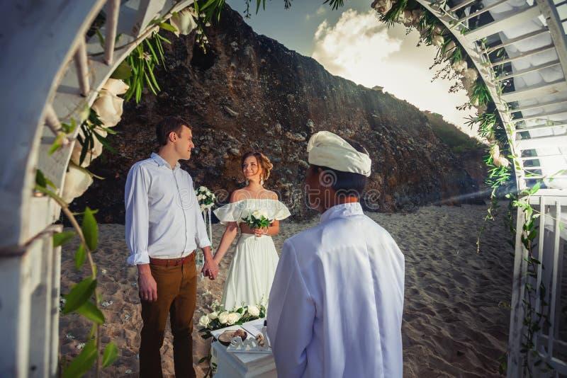 Att gifta sig kopplar ihop precis gift royaltyfria foton