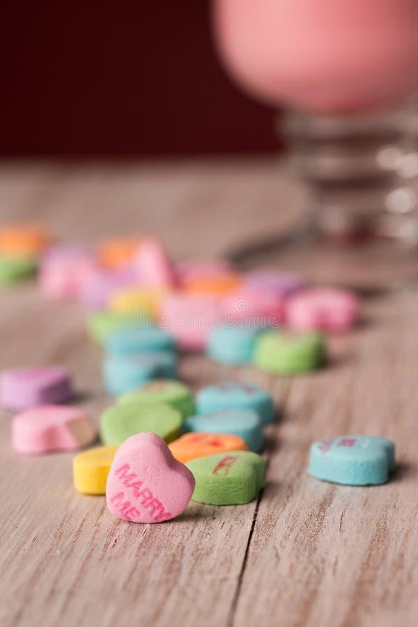 Att gifta sig mig sötsaker för dagen för konversationhjärtavalentin royaltyfria foton