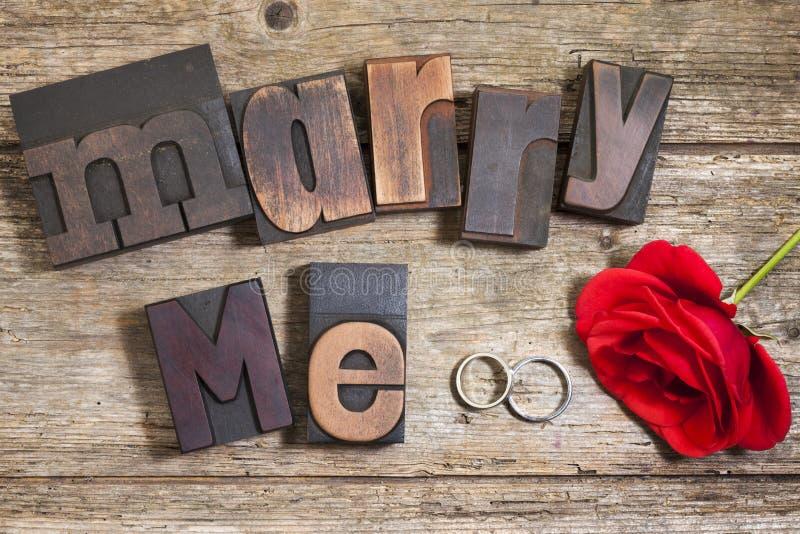 Att gifta sig mig, uttrycket med rosa och vigselringar fotografering för bildbyråer