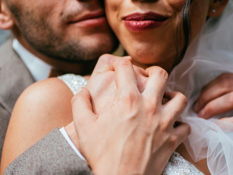 Att gifta sig par inomhus är att krama sig Härlig modellflicka i den vita klänningen Manen passar in Skönhetbrud med brudgummen arkivfoton