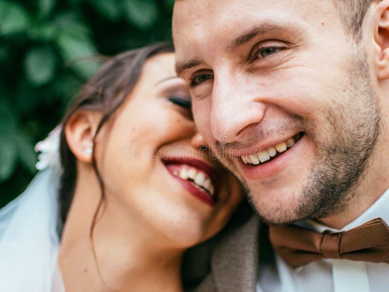 Att gifta sig par inomhus är att krama sig Härlig modellflicka i den vita klänningen Manen passar in Skönhetbrud med brudgummen fotografering för bildbyråer