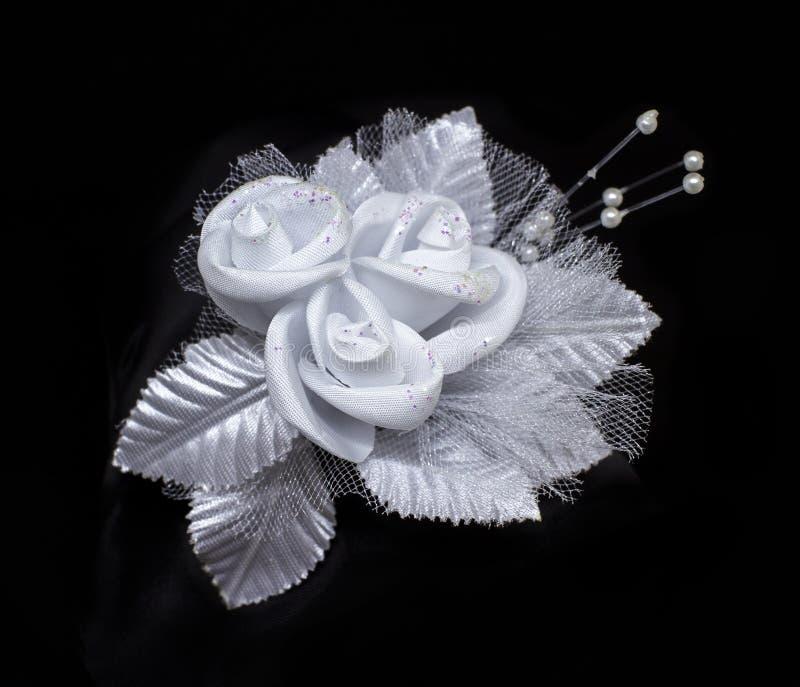 Att gifta sig snör åt den konstgjorda blomman med pärlor som isoleras på svart bakgrund arkivbild