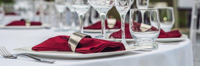 Att gifta sig tabellgarnering som sköter om servicetabellen, ställde in för ett BANER för händelseparti- eller bröllopmottagande, fotografering för bildbyråer
