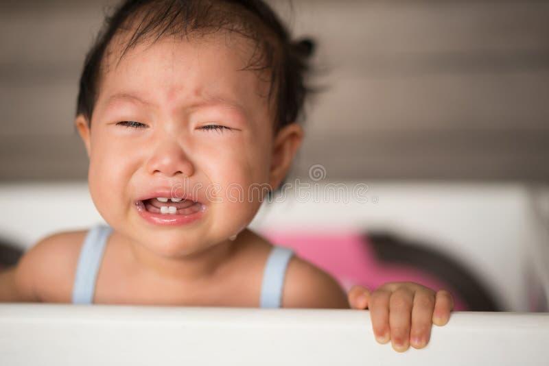 Att gråta behandla som ett barn i säng arkivbild