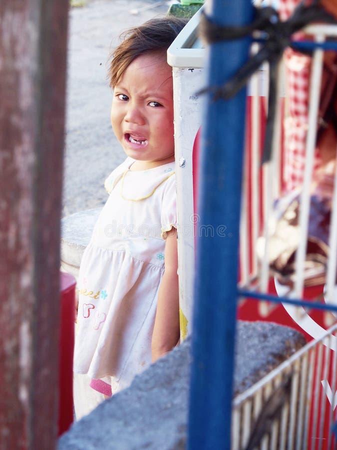 Att gråta behandla som ett barn nederlag bak den kyla asken fotografering för bildbyråer