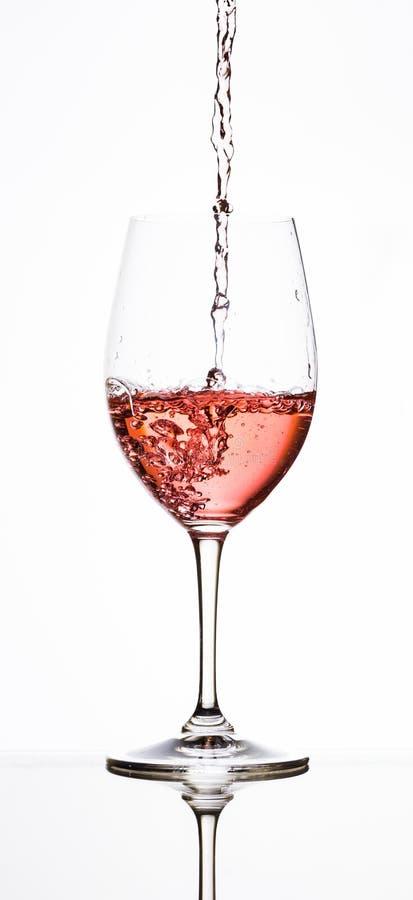 Att hälla steg in i vinexponeringsglas royaltyfri fotografi