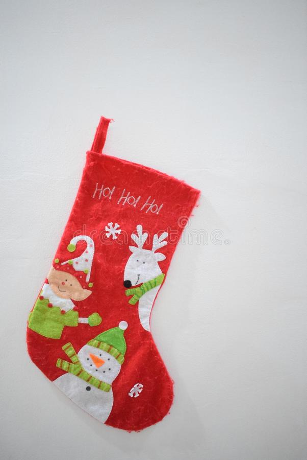 Att hänga sockor för santa ` s förvånar för i morgon fotografering för bildbyråer