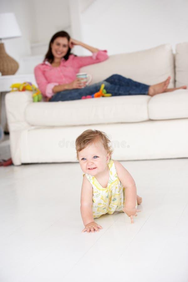 Att hålla ögonen på för moder behandla som ett barn arkivfoto