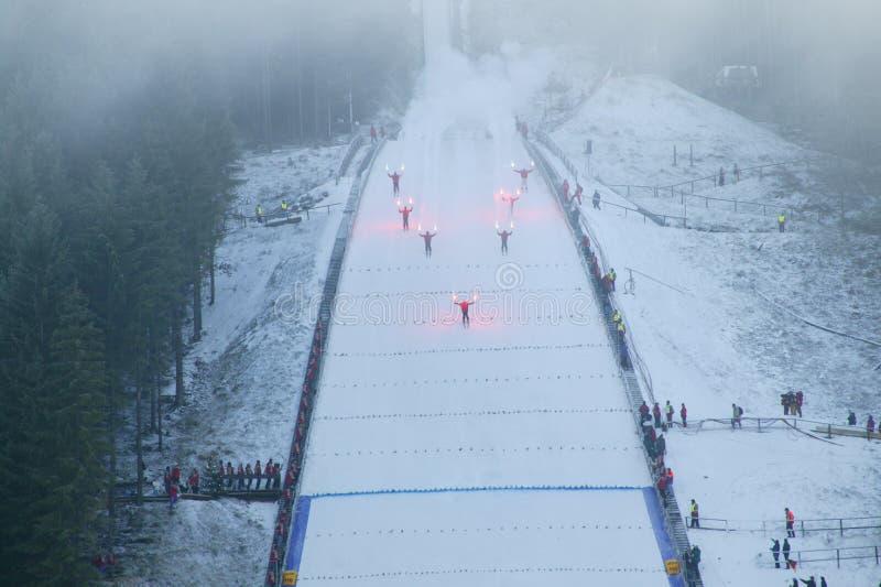 att hoppa skidar start fotografering för bildbyråer