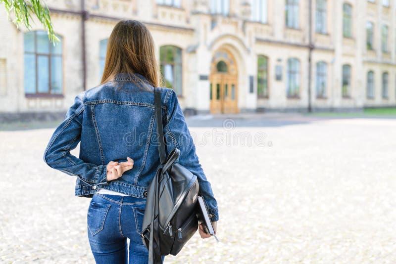 Att inte ordna till för examenlivsstilbegrepp Baksida bak övre sikt för slut royaltyfri fotografi
